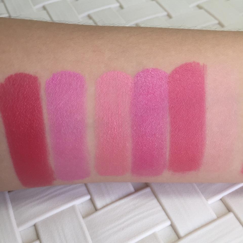(오른쪽부터 왼쪽으로 봐주세요) 4 살짝 핑크기도는 립밤이에요 5 위에 3색상이 조금 비비드해진 색상이에요 6 정말..여쿨 색상이라고 말할 수가 없네요 7 위에 2컬러에서 흰끼를 좀 뺀 색상이에요 8 두깨씨같은 착각을 불러일으킬만한 색상이에요 9 이중에서 이 컬러를 제일 애정합니다..❤️     정말 레드컬러에 핑크 한방울 탄느낌❗️