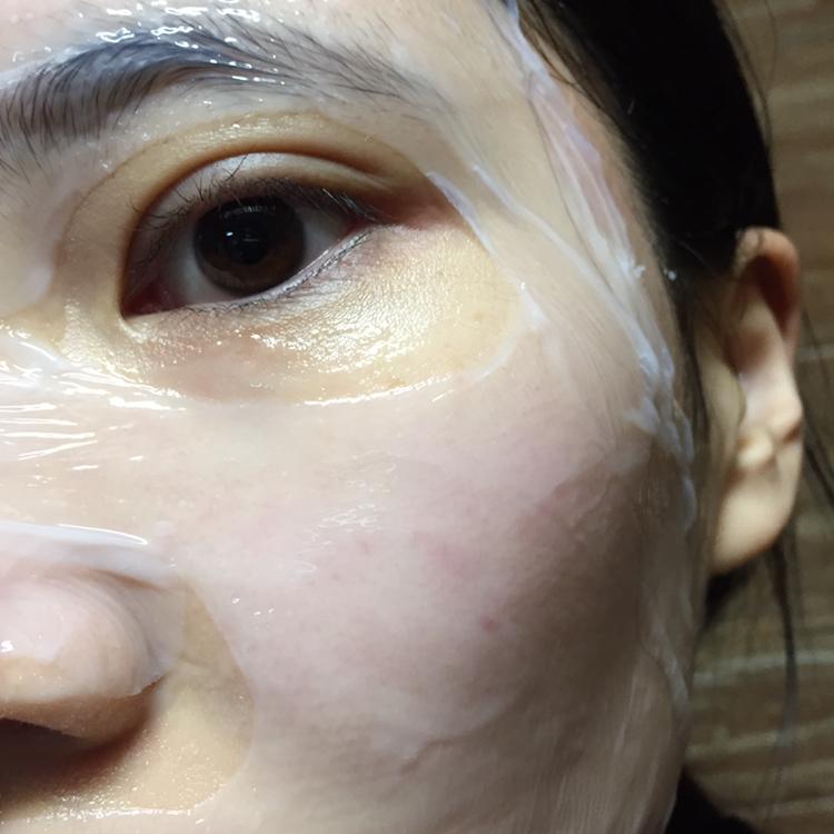 나머지 한겹도 떼서 얼굴엔 마스크팩 하나만 부착해주시면 마스크팩 붙이기 완료 ❣️ 이런 형태의 마스크팩은 저도 처음으로 사용해보는거라 신기했습니다 ! 근데 얼굴에 정말 밀착이 잘되더라고요 너무 얼굴에 딱 달라붙어서 깜짝 놀랐답니다 !
