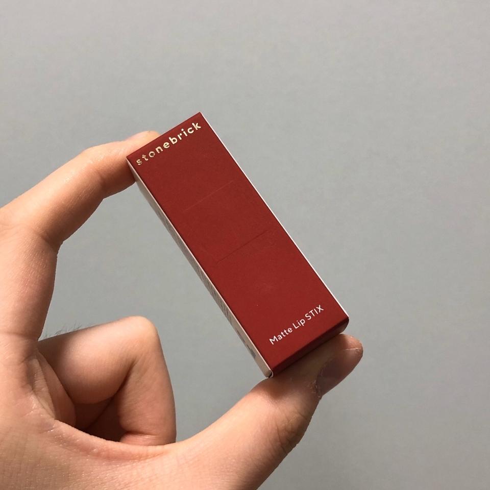 우선 제품은 이런 귀여운 종이 박스에 담겨 있습니다.  저렇게 와인색 면이 약간 벨벳(?) 느낌으로 코팅되어 있어서 만질 때 느낌이 정말 좋아요..(tmi