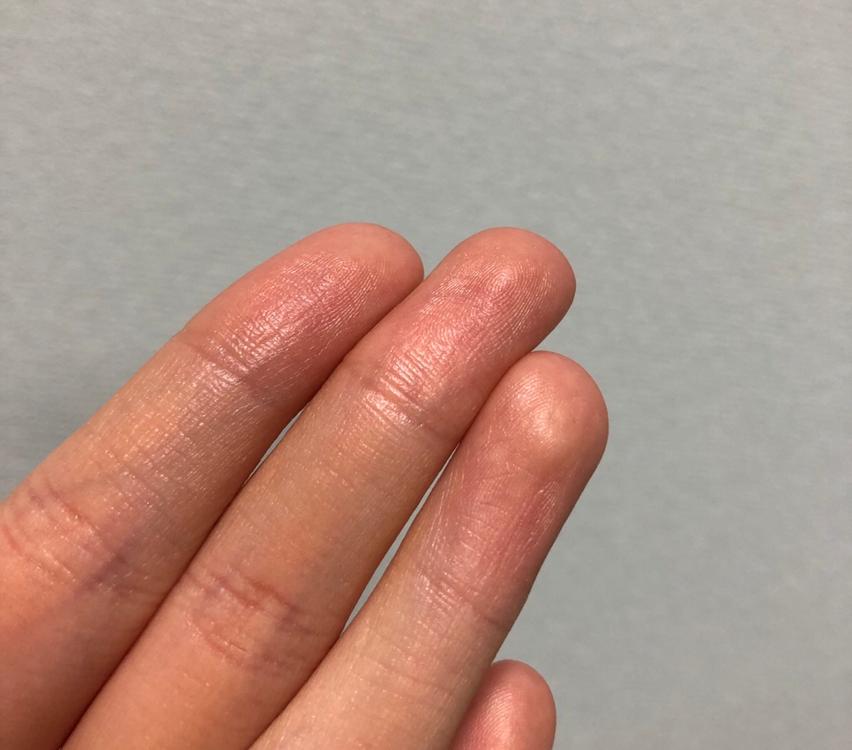 이렇게 손으로 찍으면 기름이 묻어나왔어요.