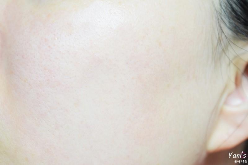 AHA와 천연각질케어성분(사과추출물, 레몬추출물)이 함유되어 있어 미세각질을 탈락시켜 피부결을 매끈하게 정돈해줘요