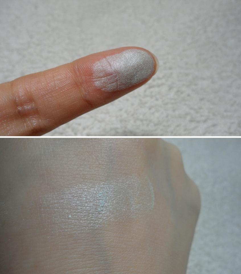 은펄이 없진 않지만 거의 티나지 않게 곱구요 색은 잔잔해요 손등에 발라봤는데 약간의 뭉침이 있었어요 바를 때 힘조절해야할 거 같네요