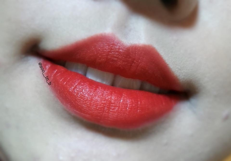 입술발색 2  시간이 조금 지나면 ( 몇분 ) 붉은색이 스믈스믈 올라와요♥️ 그래서 오렌지레드 / 레드오렌지로 올라오는데 진짜 예쁘더라구요!