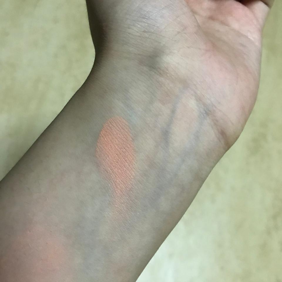 이렇게 팔에 발색해봤는데요 그냥 팔에 발라놨을때랑