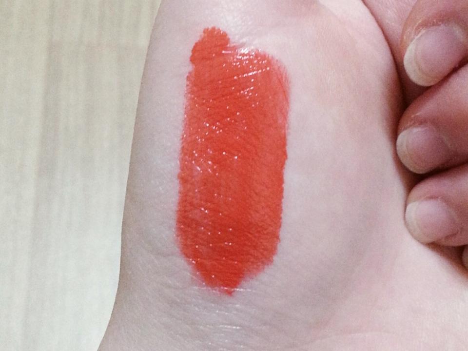 손에다 발색해봤는데 굉장히 투명하게 발색되어서 놀랐어요 색도 너무 예쁜 레드오렌지!