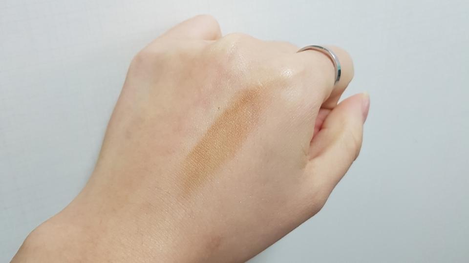 입자가 고와서 펴발리는것도 잘 발리고 손으로 대충 바르는데 약간 뭉침이 있더라구요. 이건 브러쉬를 사용해서 해결해야할 부분인 것 같아요 ㅠ   컬러는 그냥 황토색에 브라운 컬러 좀 더 가미된 컬러예요 !