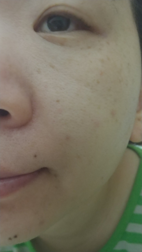 몇일동안 사용한 결과  피부의 수분감이 높아진것을 느낍니다. 향은 딱히 없어요.