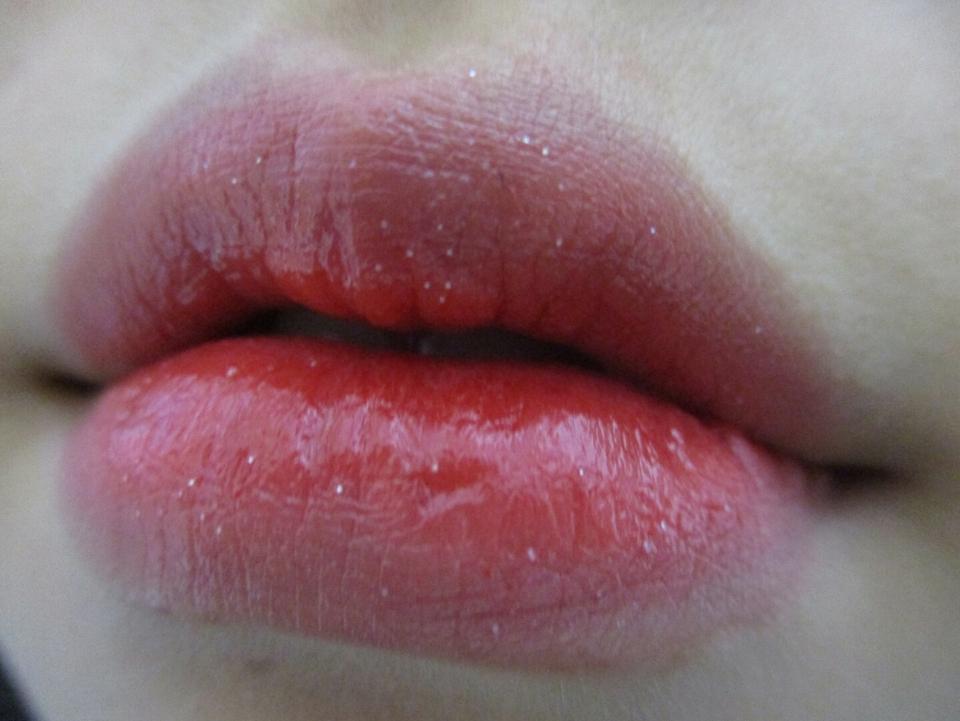 발색해 보면 요렇게 됍니다! 저는 입술을 촉촉하게 해주는건 좋았는데 요렇게 반짝이가 큰건 별로더라구요ㅠㅠ