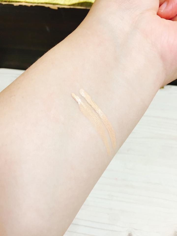 우선 이제품은 피부에 올리면 금방 굳어버린다고해요  워터프루프의 기능을 다하듯이 피부에올리시되 바로바로 샤샤샷 발라주셔야해요 안그럼 굳어버립니다  피부에 딱 붙어서 땀에도 강하더라구요