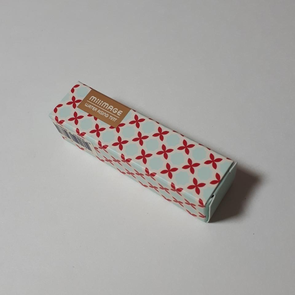 먼저 박스는 하늘색에 심플하게 빨간 패턴이 프린팅되어 귀여운 느낌으로 디자인되어있어요. 그리고 영문으로 밀리마쥬 워터라이징 틴트가 써져있습니당