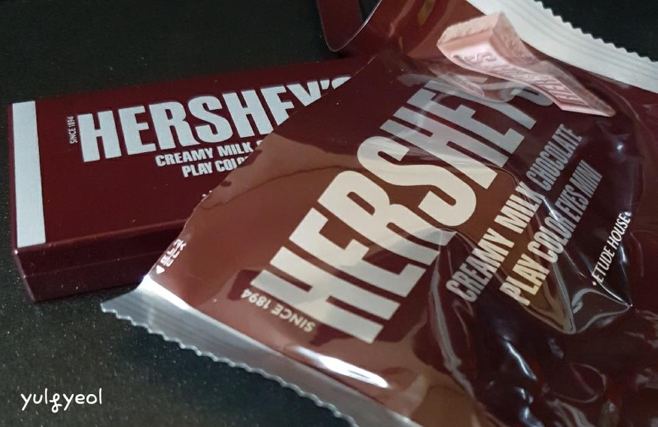 허쉬 박스를 열면 텀블러와 초콜릿 봉지가 담겨있어요! 그런데 텀블러가 85% 정도 차지하는....🥤 허쉬 초콜릿처럼 섀도우 팔레트가 봉지 안에 들어있어요.