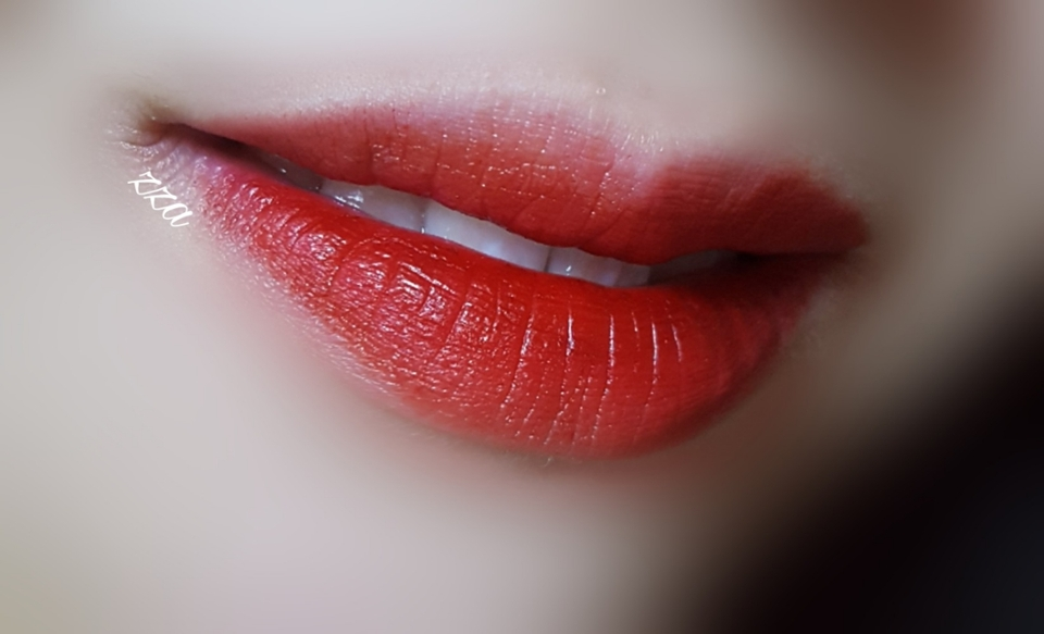 아리따움 잇츠마이턴 입술발색이에욤 이 제품도 저렴하고 손이 많이 가더라구요ㅎㅎ 착색도 아주아주 진해요!
