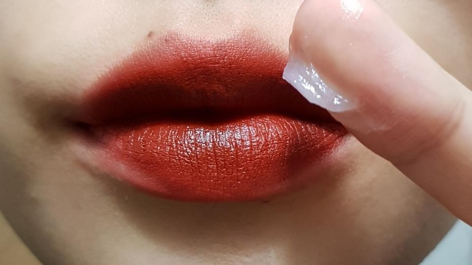 진하고 착색이 어느정도있는 립 제품을 지워봤어요  립제품은 블랙루즈 센치해진 겨울밤 사용했어요 🤗