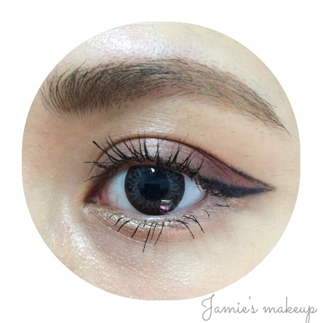 使用 NARS柔珠眼影筆#Goddess畫臥蟬,最後戴隱形眼鏡、刷睫毛膏完成。