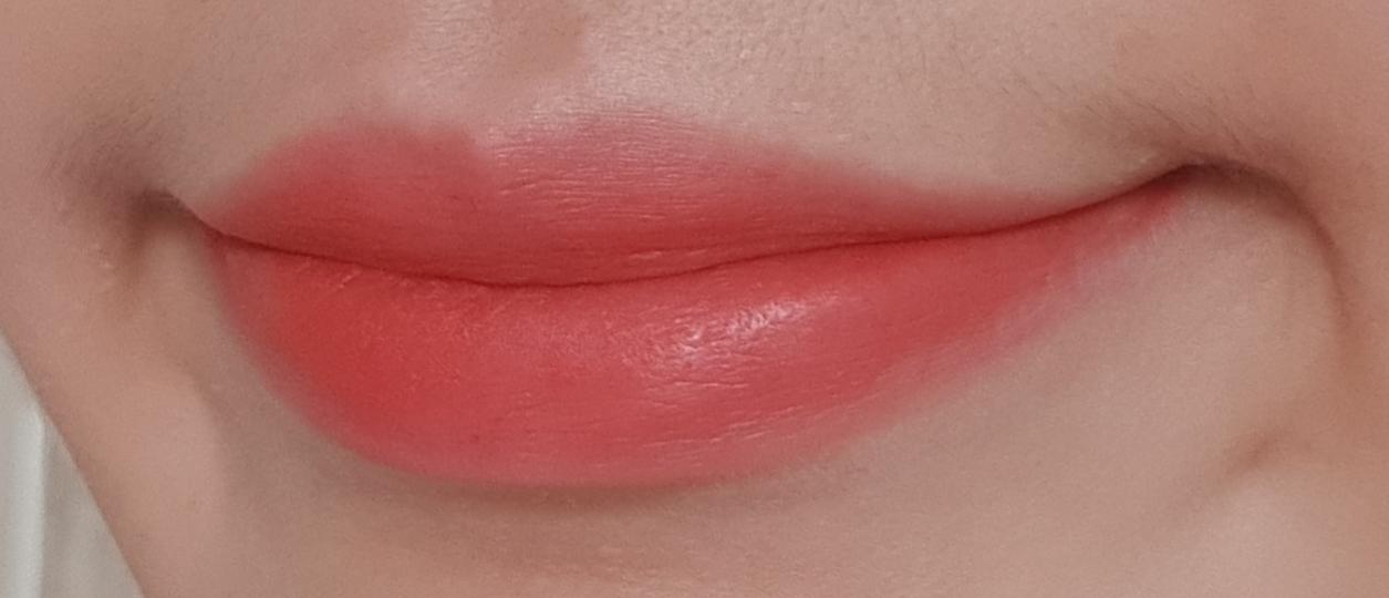 입술에 발라본 모습인데 개인적으로 풀립으로 바르고 안쪽에 레드계열로 그라데이션을 해주면 이뻐요ㅎㅎ그리구 데일로바르기어려운 엄한색상도 같이 조합해서 바르면 코랄핑크색이 잠재워줘 데일리로 바르면 좋더라구요