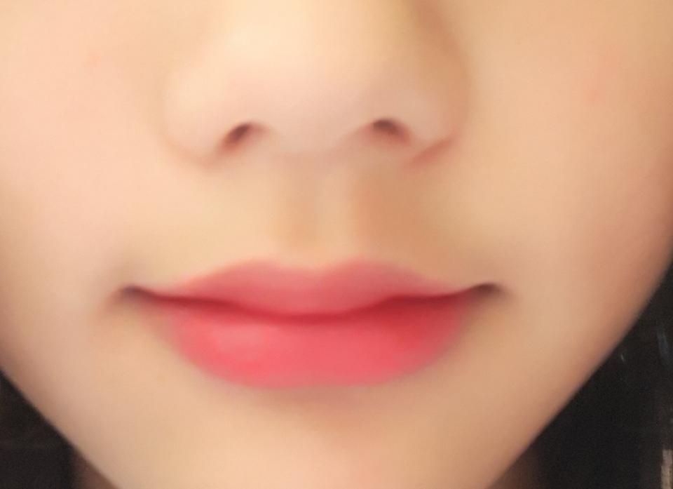 바르고 난 후 매트하게 발려서 입술 각질 많은 사람은 추천하지 않아요 저도 입술 각질이 많아서... 저는 바르기 전에 부비부비립을 사용해요