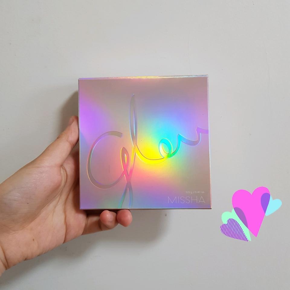 """패키지는 미샤 """"글로우"""" 라인과 동일하게,  오색 빛이 찬란하게 나는 홀로그램으로 이루어져 있어요.  보는 것만으로도 만족되는...♥"""