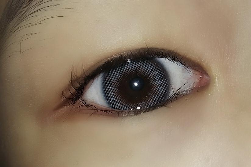 플레쉬 터트리면 블루느낌이 생겨도 홍채렌즈라 렌즈만 떠보이는 느낌없이 눈동자와 자연스럽게 보여서 짱예뻣어요 !!