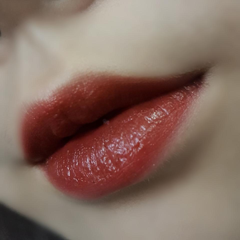 립은 시선강탈을 전체적으로 깔아주고 아까 사용한 짙은 고동색 섀도우를 안쪽부터 그라데이션 해주면서 바깥쪽은 약하게 발라주세요