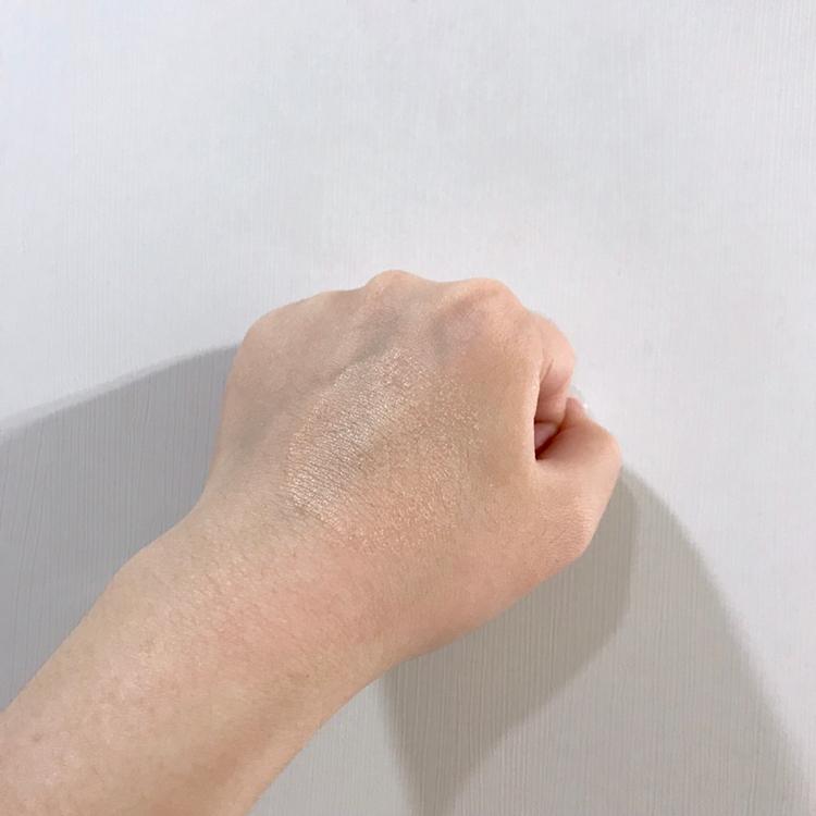 아까 퍼프에 묻은 양을 한 번 손등에 두드려봤어요!  생각보다 얇게 발리고 커버력도 좋더라구요!!