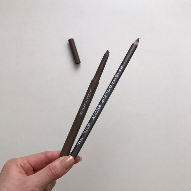 저는 머리가 흑발이라 아이브로우는 흑갈색과 흑색을 사용해요! 먼저 에보니 펜슬로 눈썹 대강 그려줍니다.(저는 베이스에 눈썹이 묻히지 않도록 베이스화장 전에 그리기도 해요)  네이처리퍼블릭 흑갈색 브로우로 스크류까지 이용해서 더 정교하게 그려줍니다 ~! 이렇게 두 가지 제품을 사용하면 지속력도 더 좋고 눈썹표현이 더 예쁘게 되요 ㅎㅎ