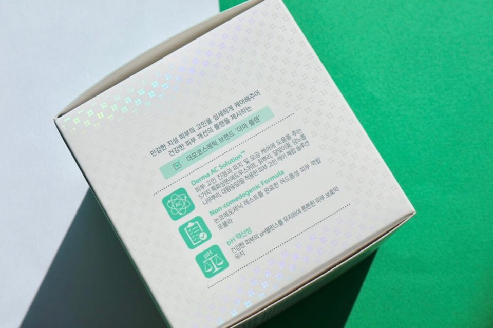 용기 옆면에 제품 특징에 대한 설명과 포인트들이 잘 설명되어 있어요  요약하자면 민감 지성 피부의 피부 고민을 해결해주고 수분감을 채워주면서 진정효과까지 얻을 수 있다고 해요