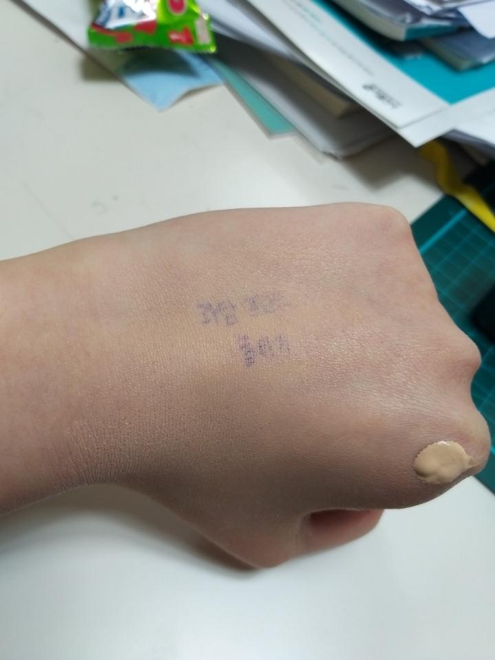 손에 이 글씨는 제가 기억력이 무지 안좋아서 적어놓은것 인데요 파운데이션을 한번 얇게 발라놓은 손등입니다!!