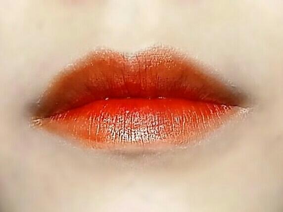 1회발색입니다. 말 그대로 오렌지가 섞인 레드컬러예요! 실제 홍시 색상보다 조금 어둡다고 생각하시면 될 것 같아요!