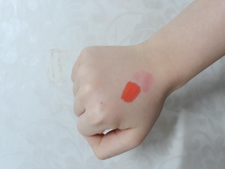 손등 발색 발라보면 거의 모든 여성분들이 좋아하실 예쁜 코랄색이에요