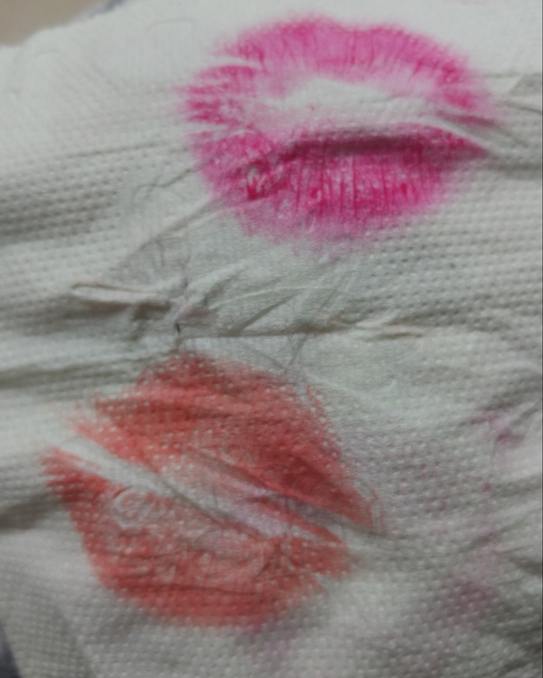 레드키스랑 같이 테스트 했던건데 여러번 바르면 저런 색인데 제 입술에선 오렌지톤은 안나오더라구요