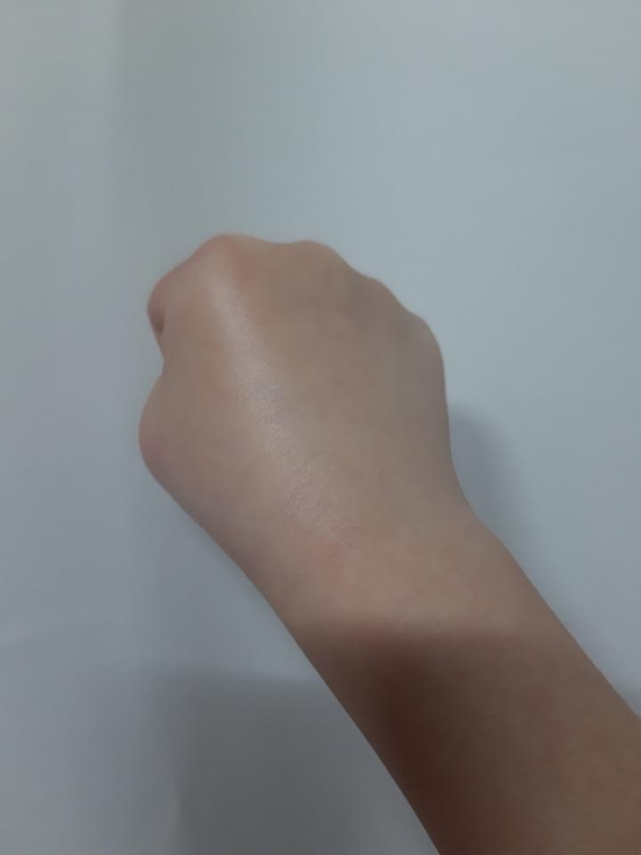 바른 후 손  빛이 더 많이 반사되죠? 바르고 나서 이런 윤기가 도는데 끈적이지 않고 페리페라 에어리벨벳처럼 보슬보슬한 느낌이에요