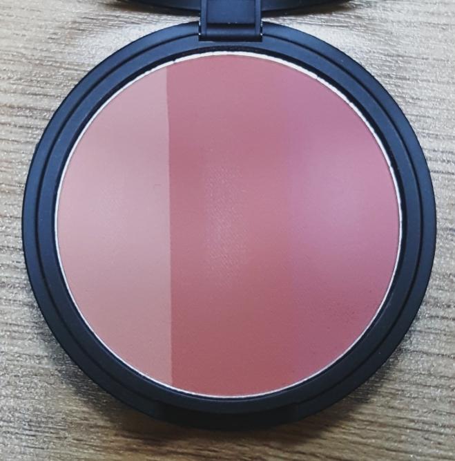 좀 더 자세하게 찍어봤어요! 왼쪽부터 연한 핑크색-붉은끼 도는 갈색(?)-진달래색 이예요..