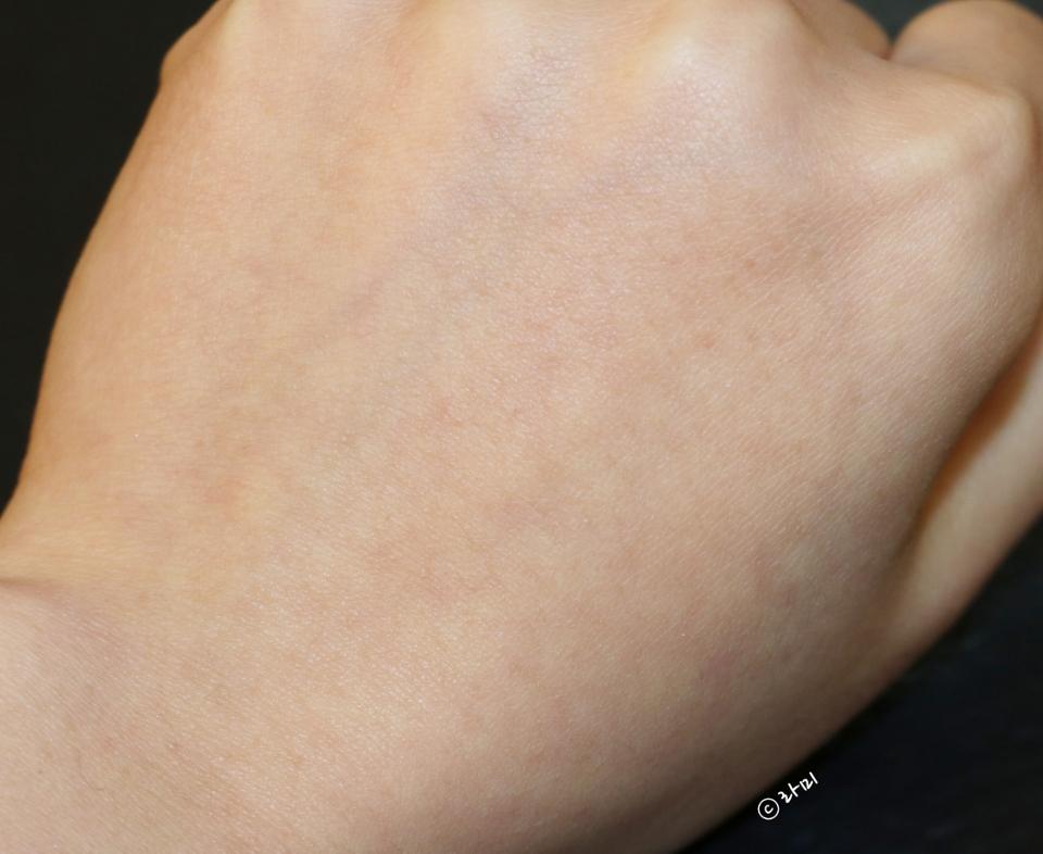 손등 샷을 놓칠 순 없죠.  아무것도 바르지 않은 손등을 준비해봅니다.