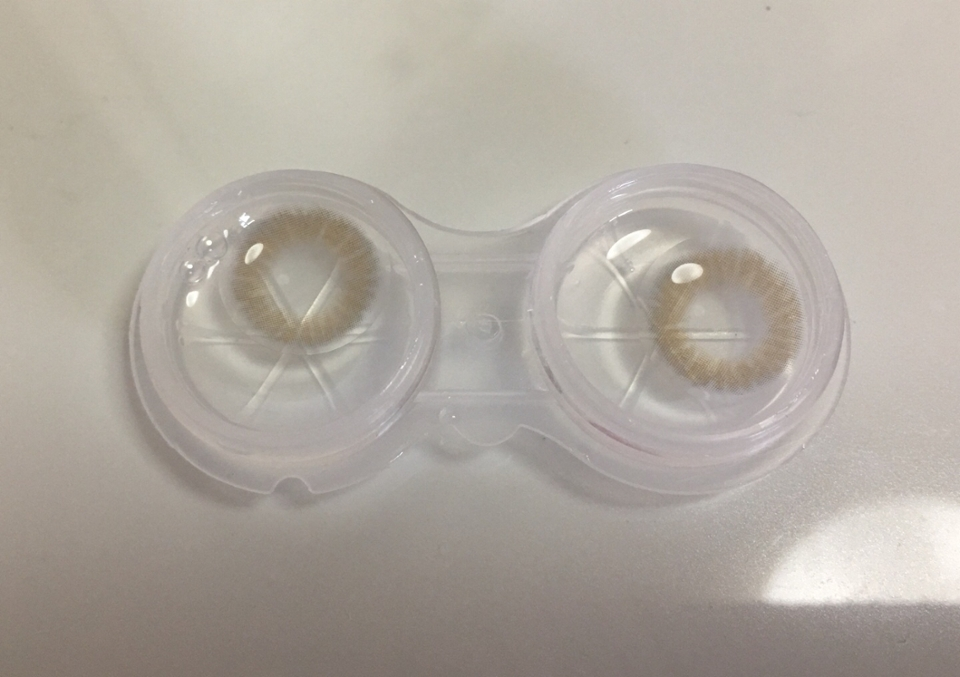 새로운 렌즈통에 보관액을 넣고 렌즈넣고 뚜껑 닫기 전에 찍어봤어요