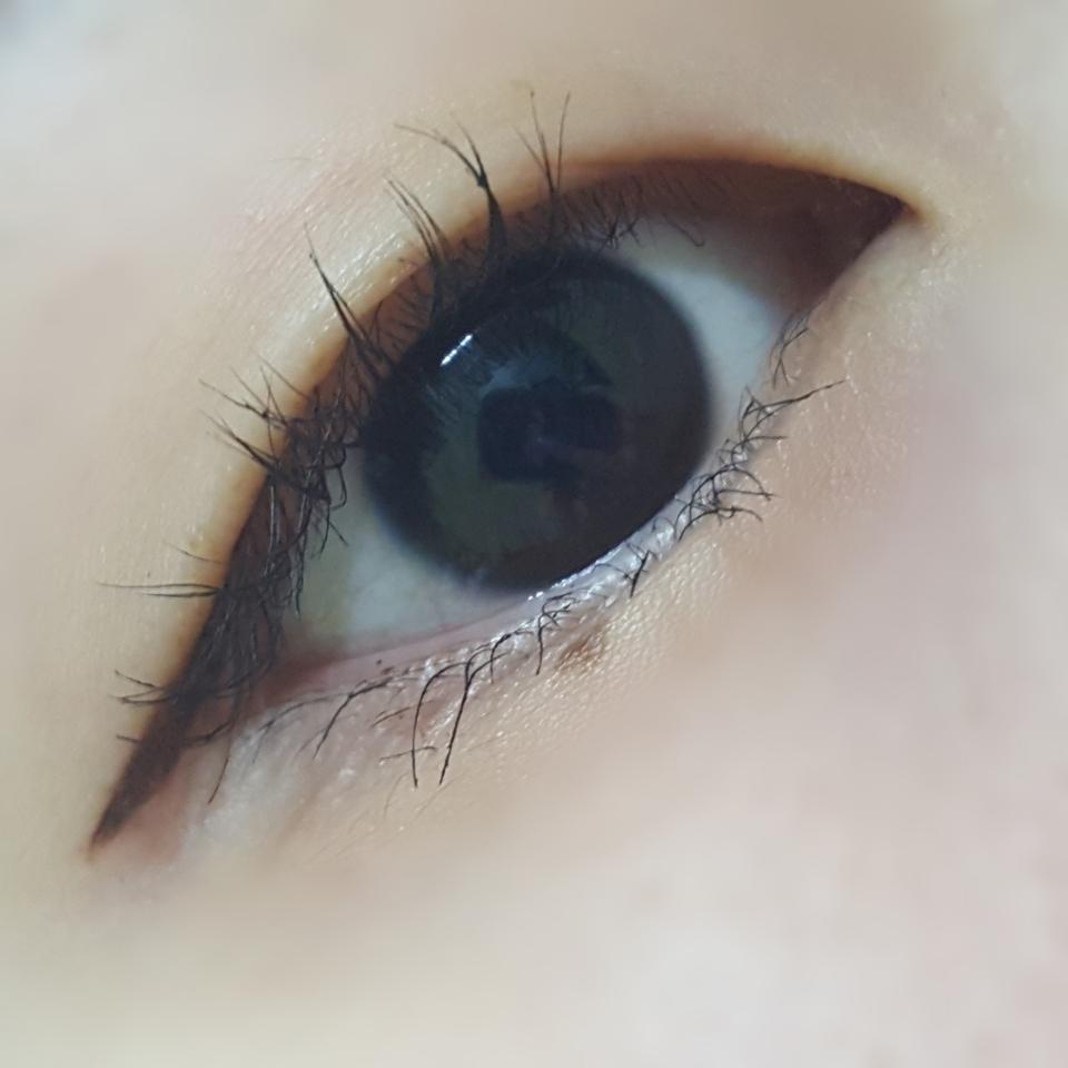 그냥 아주 살짝 짙은 브라운색으로 발색이 되었어여!! 그리구 손등에는 착색이 되지만 눈에는 그리다가 망치면 수정할수있을것 같았어여!!
