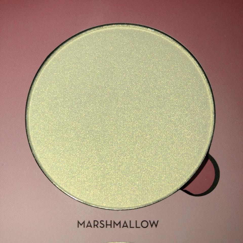 마쉬멜로우 전체적으로 조금 노란끼가 도는 색상이에요. 섀도우나 애교살에 바르면 예쁠거같아요!