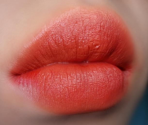 → 삐아 라스트 벨벳 립 틴트 3 12 다정보스  진짜 이 제품은 갈웜 추천립으로 유명한 제품이죠..❤ 삐아 다정보스입니다!! 오렌지 레드 색상이였어요! 오렌지색과 레드 색이 반반 섞인 느낌이랄까요?? 이 제품은 제가 정말 기대했던 재품이였는데 저한테는 핑착이 있더라구요,,😣 색상이 예뻗ㅎ 핑착이 있으면 싫어!! 하시는 분들껜 별로 추천하지않는 립이에요ㅠㅠ