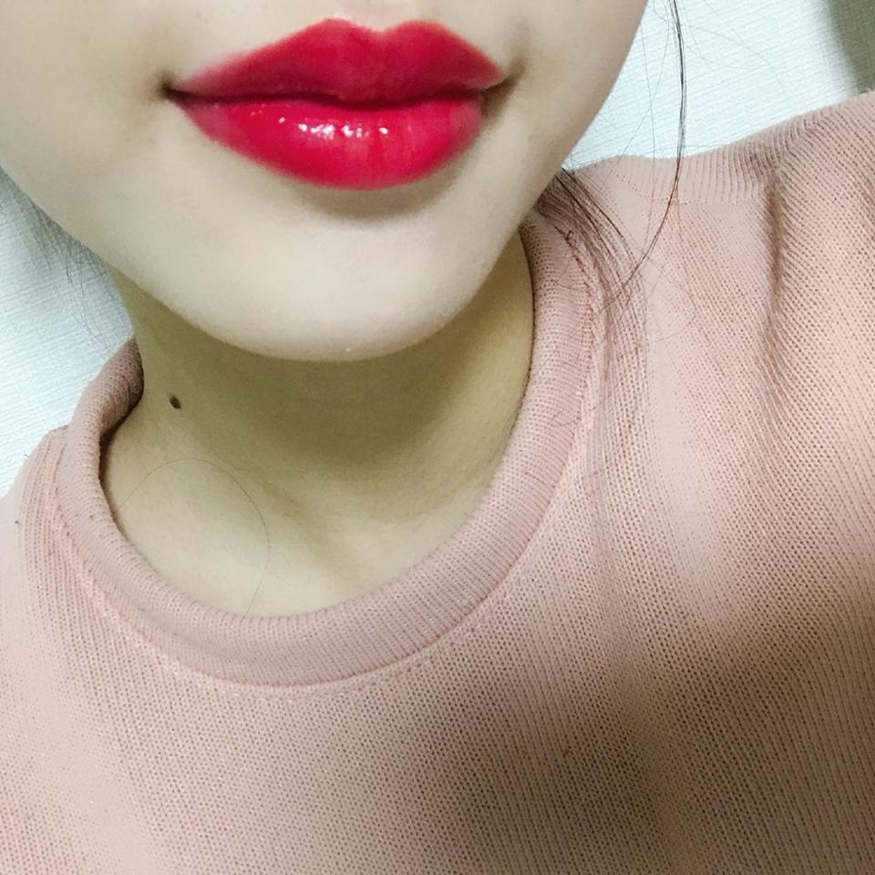 입술 발색이에요1 촉촉한걸 싫어하시면 추천하지 않아요! 색깔은 정말 이뻐요