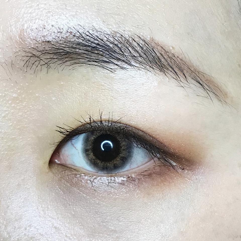 착용감은 매우 좋았어요! 장시간 착용해도 원데이라 그런지 다른 렌즈에 비해 별로 뻑뻑한 느낌이 없었어요! 제가 눈동자가 작은편이라 그런지 라일리 퓨어와 똑같이 테두리가 흰자에 비쳤는데 심하진 않았어요.