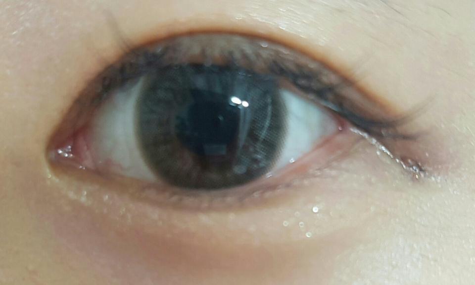 오묘한 이 색상좀 보세요ㅠㅠ 너무 사연있는 눈 같고 초롱초롱한게 예쁘더라구요. 또 회색이 너무 티가 나면 부담스러울텐데 겉 테두리가 연하다보니 눈에 잘 어울리고 직경도 13.3 작은 편이라 자연스럽고 좋아요!!