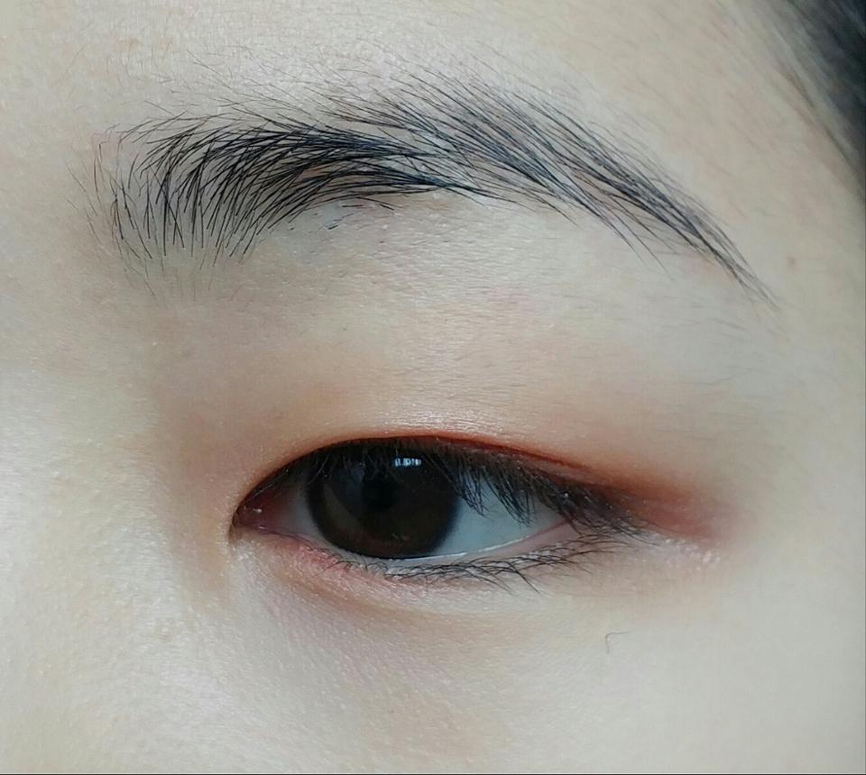 펄이 살짝들어있는 코랄색상을 눈동자위 그리고 언더라인 앞머리에 퍼지게 발라주세요  (눈동자 위에 칠해주지만 눈 뜨고 한 2~4mm 정도가 너무 부어보이지 않고 좋아요)  ▷이니스프리 미네랄 싱글 섀도우「상콤한 자몽쥬스