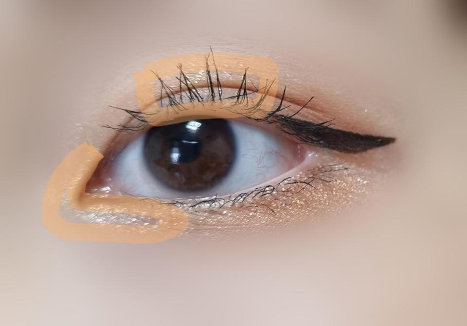 마지막으로 2번색으로 눈동자 위와 눈 앞머리부터 아까 브라운 쉬머펄과 자연스럽게 이어지는 곳까지 발라주세요 !💖