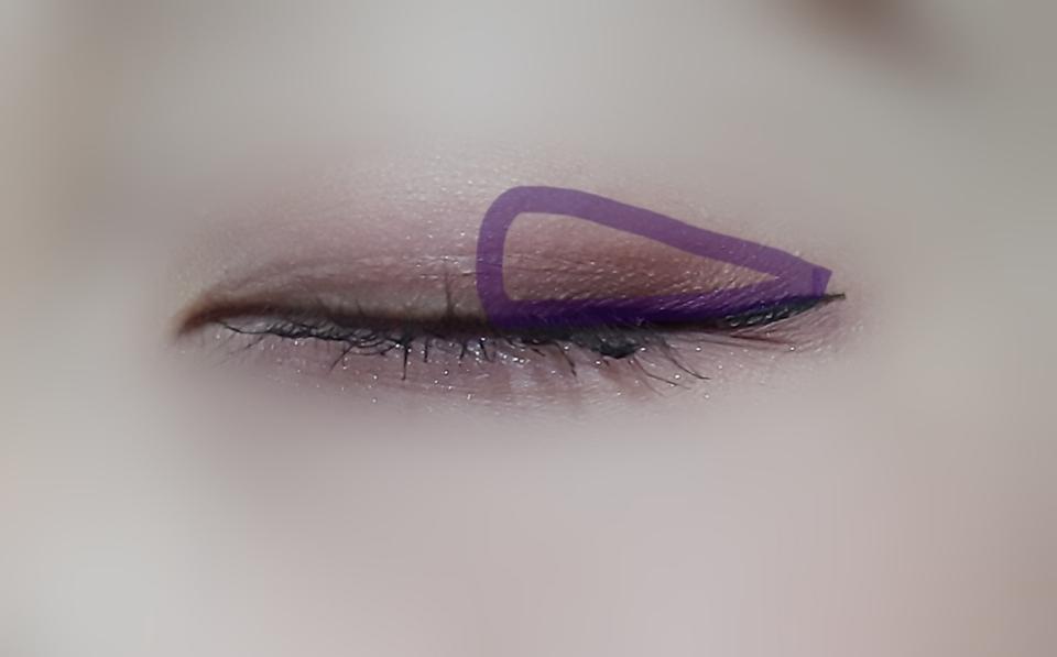 그리고 롬앤 2번 색으로 눈 뒷에 면적을 크게해서 발라주세요 !  음영도 잡고 뭔가 더 시크하고 도도한 느낌을 주기 위해서에요😊🖤