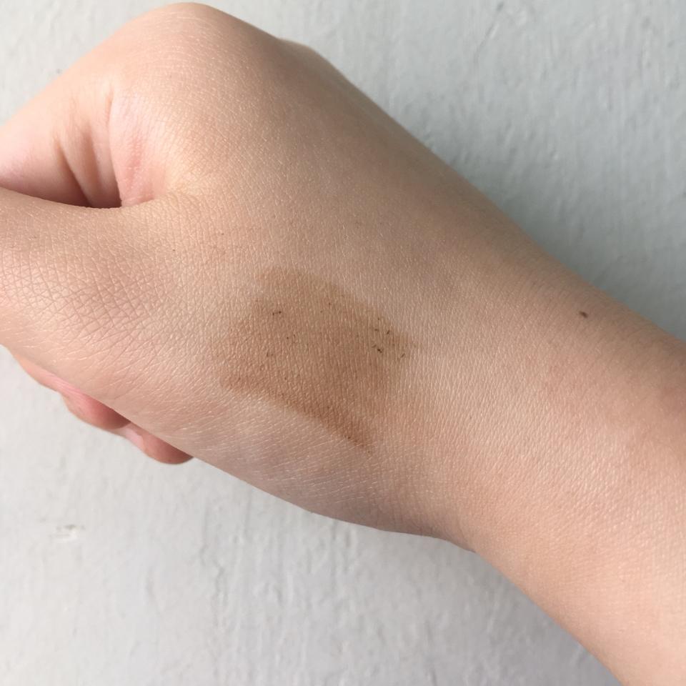 손등발색입니다! 얼굴에서는 조금더 밝게 발색되구요! 보시는것처럼 노란끼없이 애쉬빛이어서 촌스럽지않았어요! 다만 뭉침이 조금 아쉬웠는데 눈썹에서는 많이 보이지않아서 다행이에요