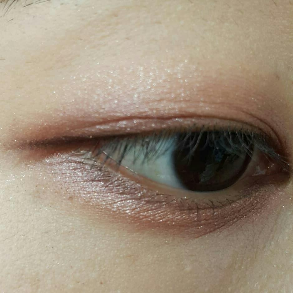 요 제품 이용해서 눈화장 해봤어요!! 제 기준 전반적으로 입자가 큰 것들은 아닌데 눈에 올렸을 때 너무 예뻐요♡