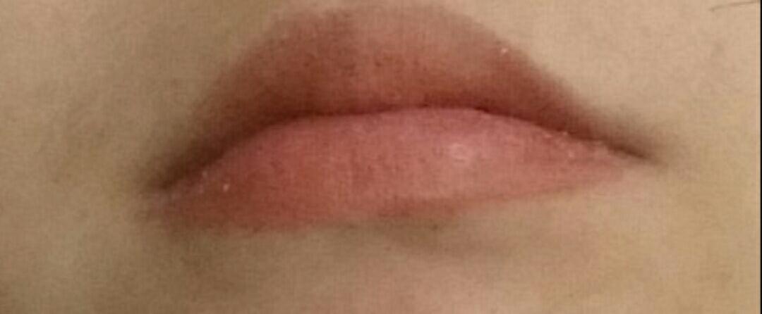 입술 발색! 각질부각된거 보이시나요?ㅠㅠ   색은 이쁜데 진짜이쁜데
