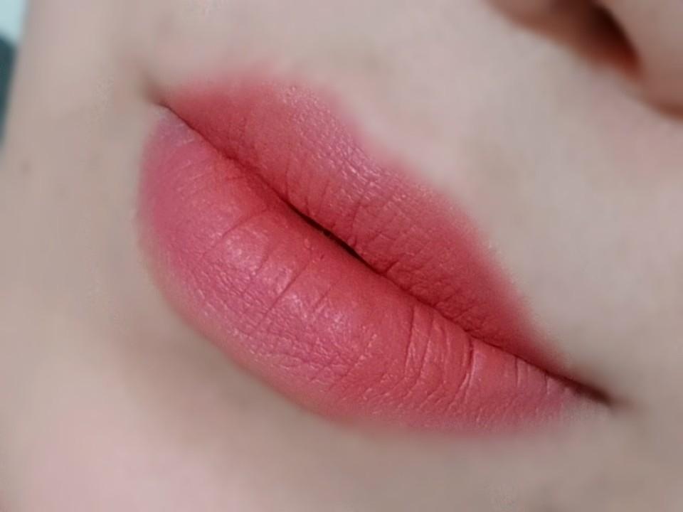 입술이 건조해서 각질부각이 심한편인데 주름 사이사이 이쁘게 착 달라붙어서 부각 없어 좋았어요~