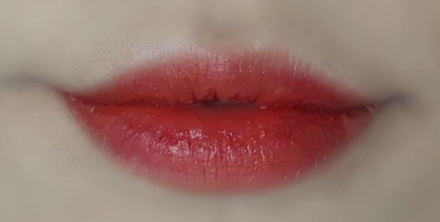 입술에 발색했을땐 조금 겉도는감이 있지만 컬러가 이뻐서 용서됩니다 ... 사진에 색감이 담기지않아 너무 아쉬워요 😢 실제로보면 백배더 이쁘다는거 !   오늘도 리뷰봐주셔서 감사해요 😙