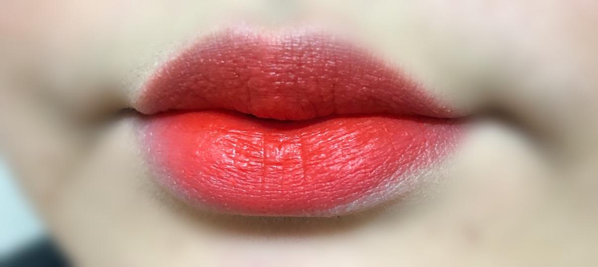 입술에 발라봤습니당~ 레드오렌지+코랄+핑크 빛이 돌아서 그런지 웜톤, 쿨톤 모두에게 어울릴 색상이에용 🖤❤️ 그리고 색이 쨍해서 피부가 환해보여요 ㅎㅎ