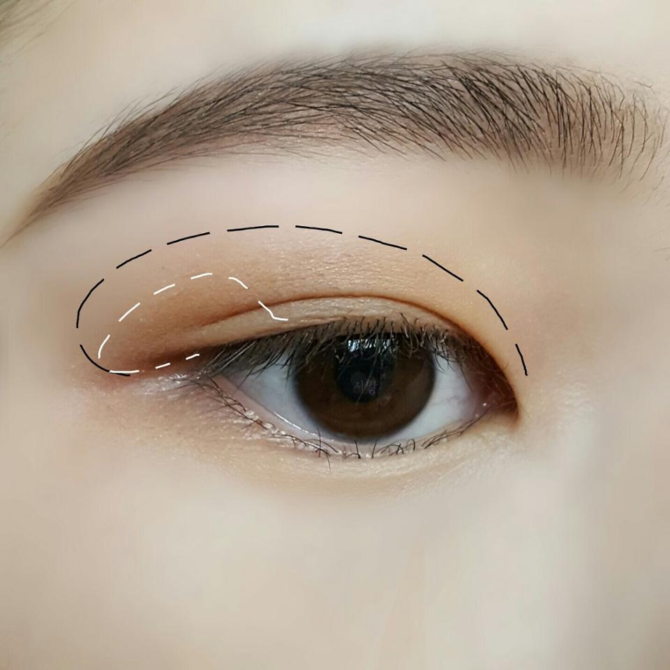 탠 브라운 옅은 색상으로 눈두덩이에 전체적으로 깔아주고 짙은 색상을 눈 뒷쪽에 발라주세요